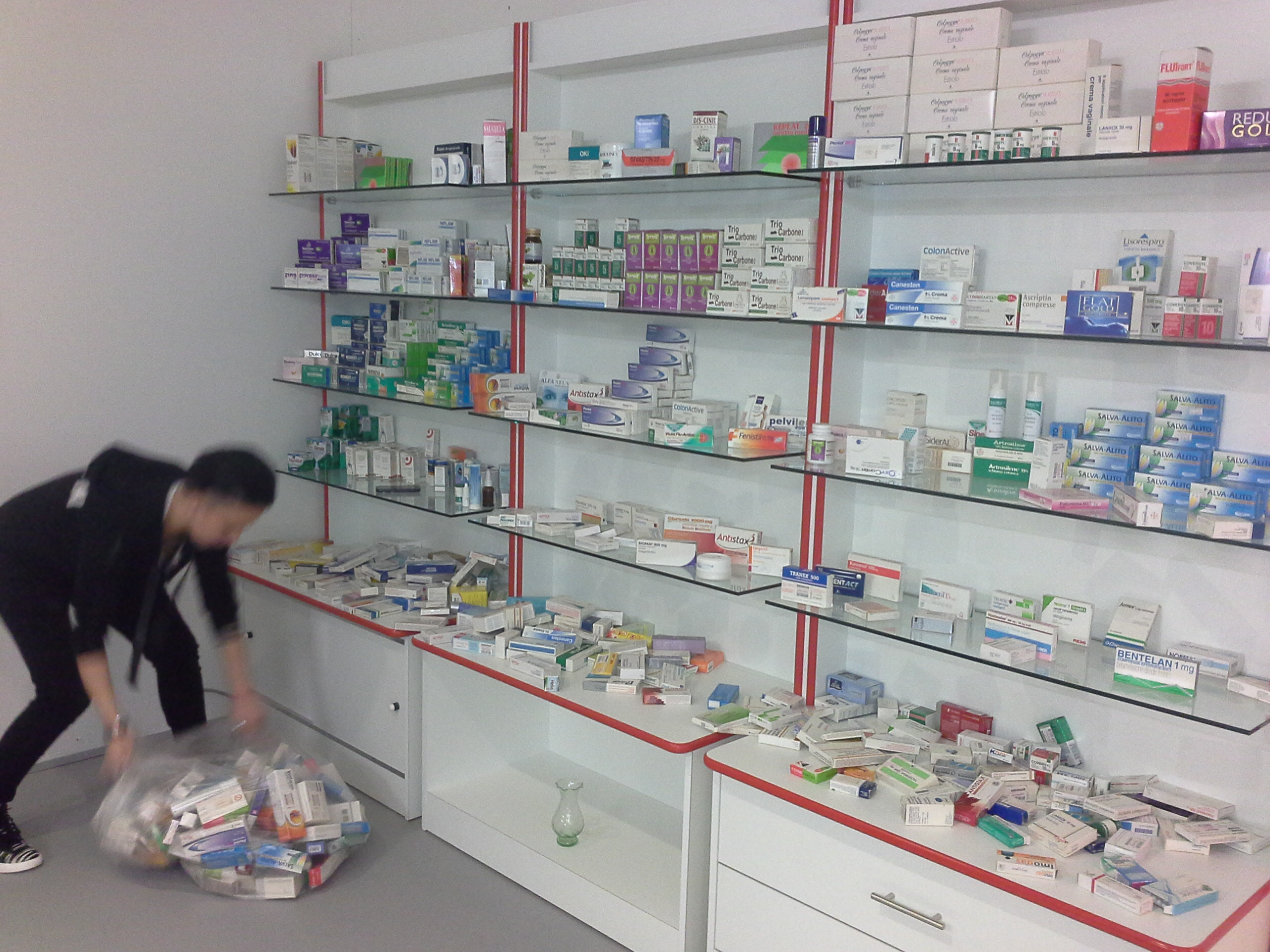 Produzione arredamenti per negozi compra in fabbrica for Arredamenti per parafarmacie